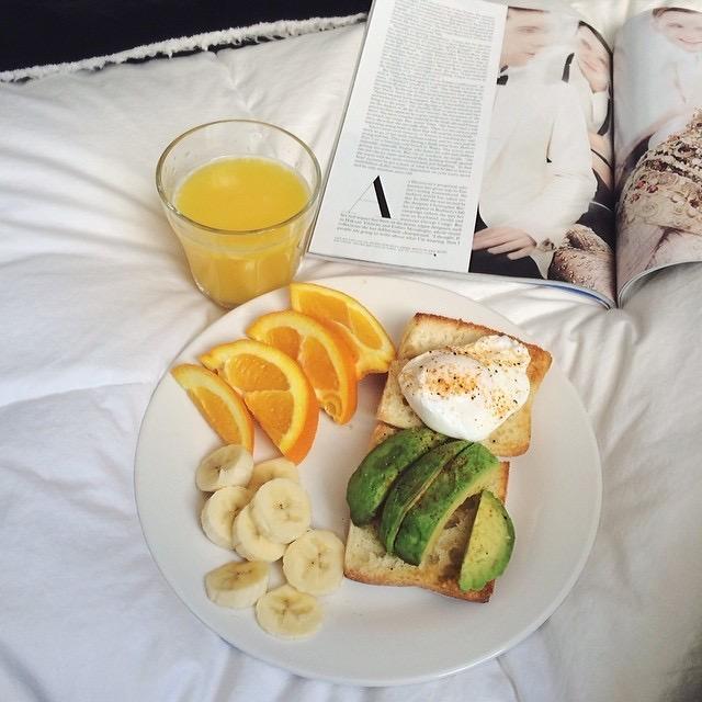 フルーツと本、朝食