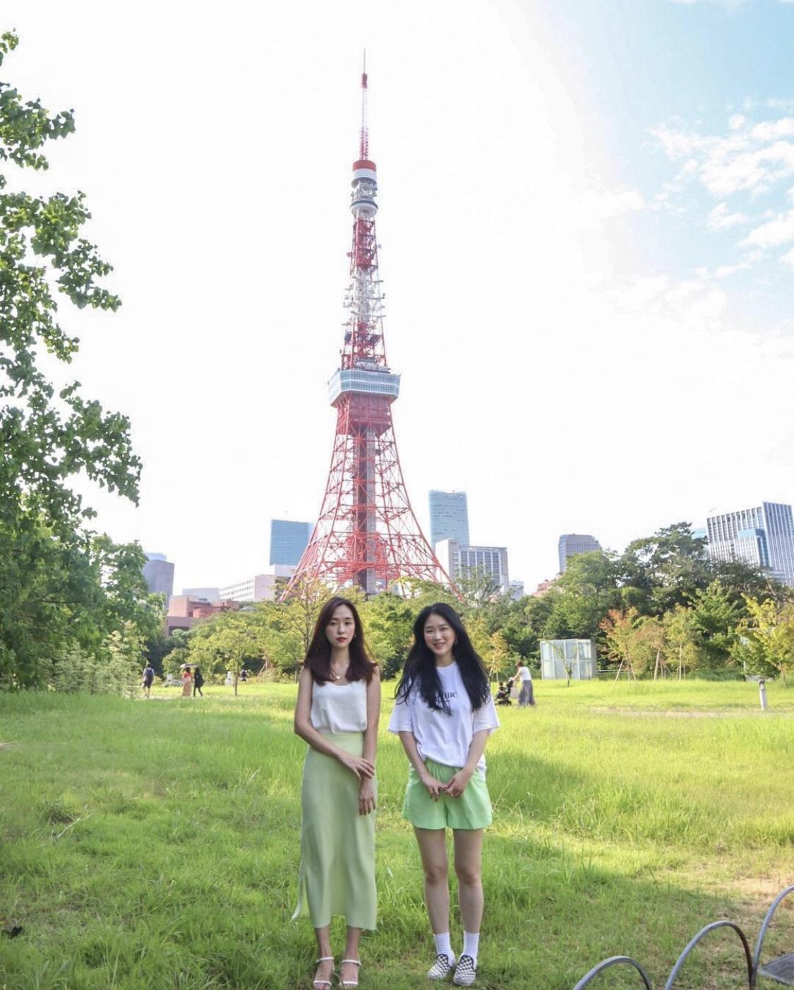 東京タワー前_女性二人
